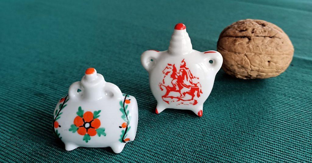 porcelanowe miniaturki i orzech włoski