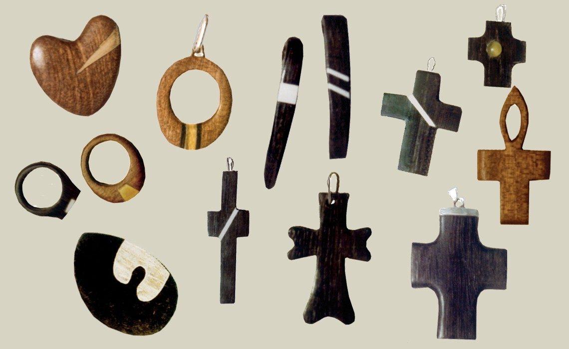 drewniana biżuteria pierścionki, krzyżyki, zawieszki, broszki